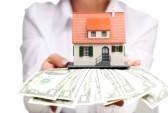 23366121-le-mani-con-i-soldi-e-la-casa-in-miniatura-su-sfondo-bianco